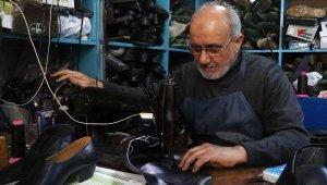 Yarım asırdır ayakkabı tamir ederek ekmeğini kazanıyor