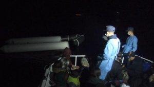 Ayvacık açıklarında, lastik bottaki 40 kaçak göçmen kurtarıldı