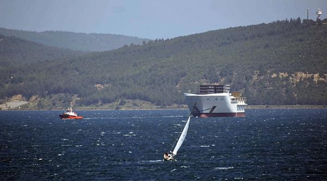 Romanya'da kurulan yolcu gemisinin ön bölümü, Çanakkale Boğazı'ndan geçti