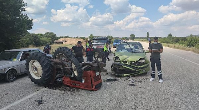 Çanakkale'de otomobille çarpışan traktör ters döndü: 4 yaralı