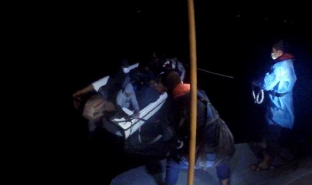 Ayvalıkaçıklarında fiber teknedeki 8 kaçak göçmen kurtarıldı